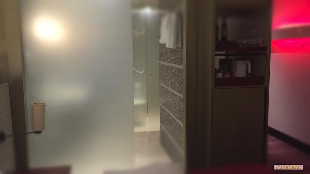 Blick ins Bad vom Zimmer
